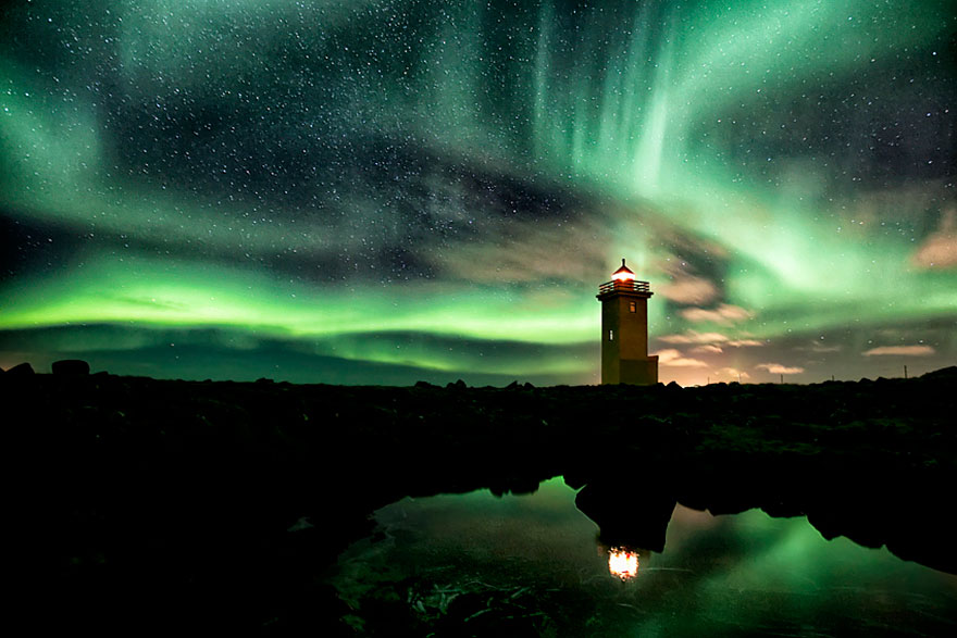 Mercusuar Terindah di Dunia - Gambar Foto Lampu Mercusuar Lighthouse And Aurora-Filled Sky, Islandia
